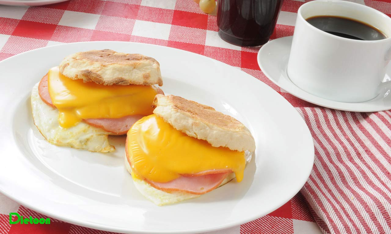 پروتئین با کیفیت با ساندویچ بیکن و تخم مرغ کانادایی